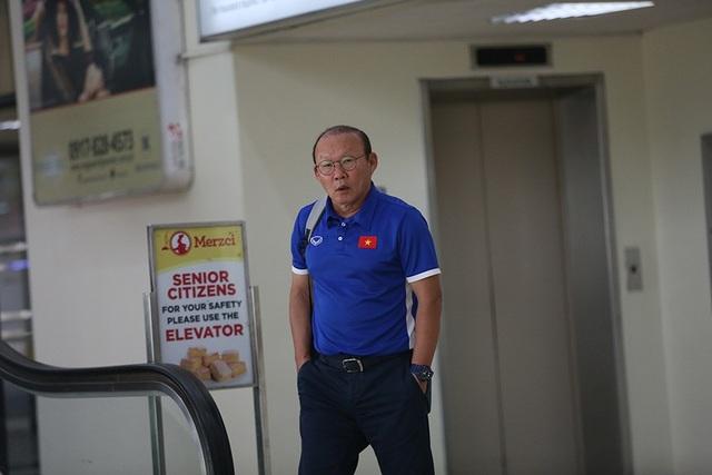 HLV Park Hang Seo giữ vẻ bình thản ở sân bay