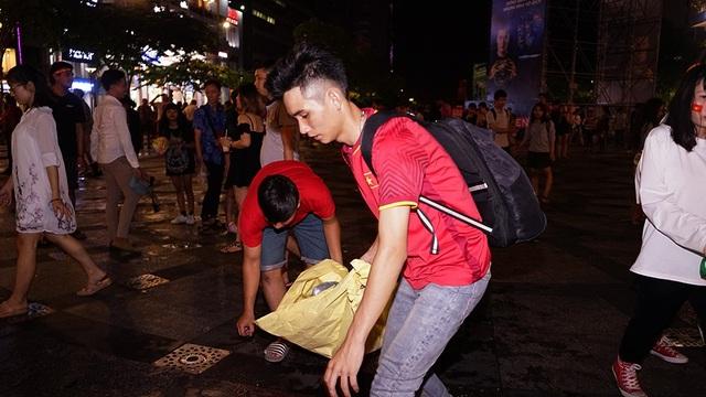 Nhóm bạn Nguyễn Bá Khương rủ nhau đi dọn rác