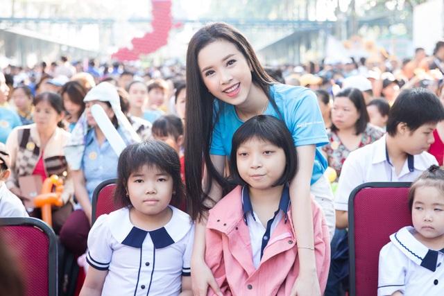 Người đẹp chụp ảnh cùng các em nhỏ tại ngày hội Hoa hướng dương.