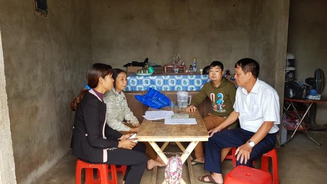 Buổi trao quà có sự chứng kiến của lãnh đạo xã Thanh Lâm.