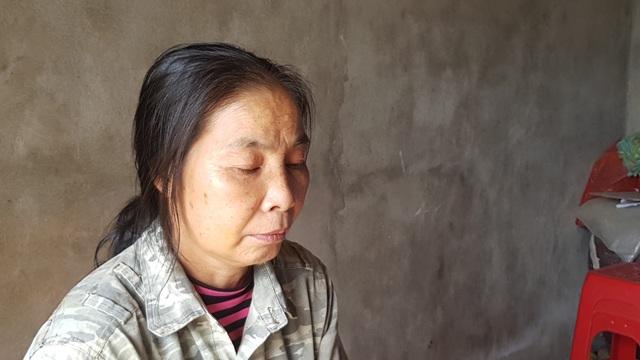 Chị Châu sức khỏe yếu nên vừa chăm con tại bệnh viện vừa đi kiếm việc làm thêm.