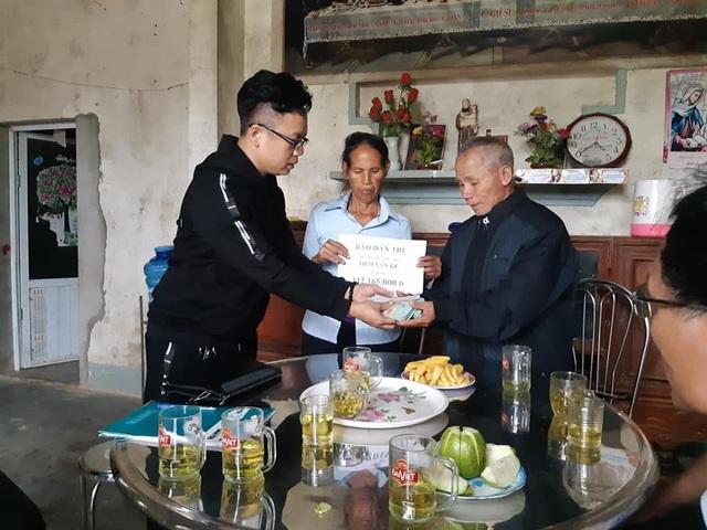 PV Dân trí trao 112.165.000 đồng tới ông Kế.