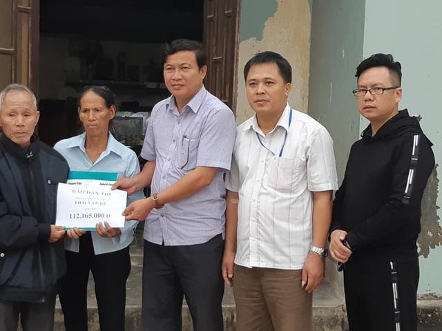 Cùng chính quyền xã Quang Thành thực hiện trao quà đến gia đình ông Kế.