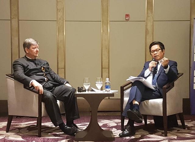 Hai vị đồng chủ tịch VBF trao đổi trong buổi họp báo chiều 3/12.