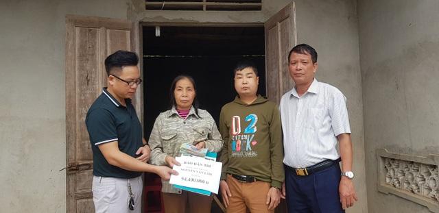 PV Dân trí cùng Chủ tịch UBND xã Thanh Lâm trao 94.400.000 đồng tới gia đình chị Châu.