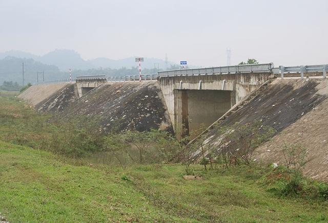 Hai cây cầu dẫn ra giữa đồng ở xã Sơn Long.