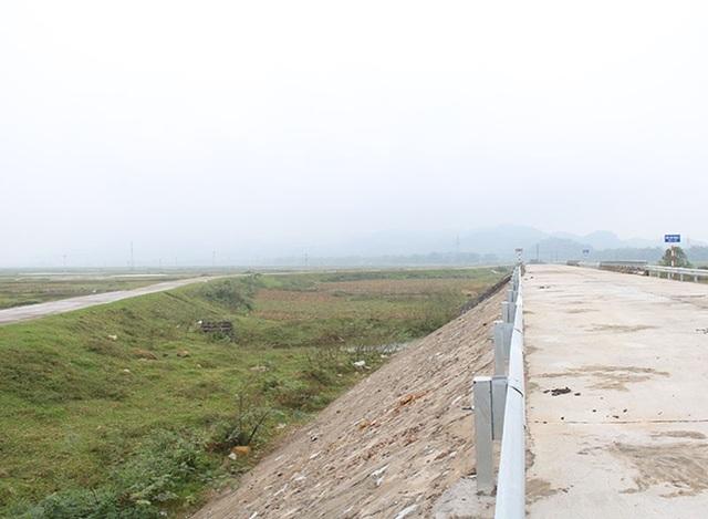 Hai cây cầu nằm song song với QL8C vẫn đang được sử dụng.