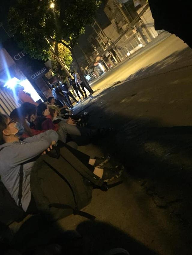 Từ 4h sáng, đông bạn trẻ trong đó chủ yếu là sinh viên có mặt trước Trung tâm IIG Việt Nam (TPHCM) chờ được đăng ký thi TOEIC. (Ảnh: Hoài Thương)