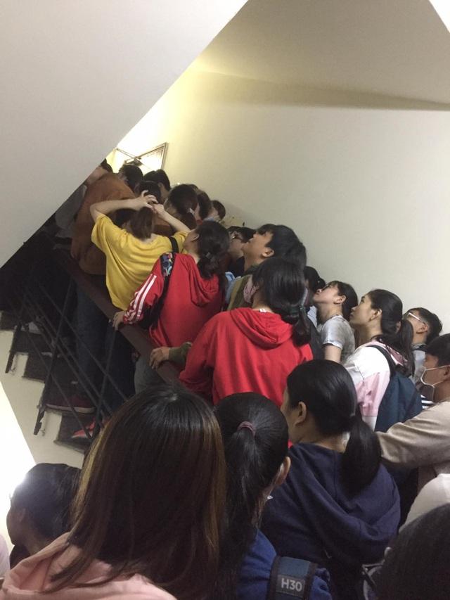 Xếp hàng trong cầu thang bộ với khung cảnh ngột ngạt (ảnh: Hoài Thương và Nguyễn Đức)