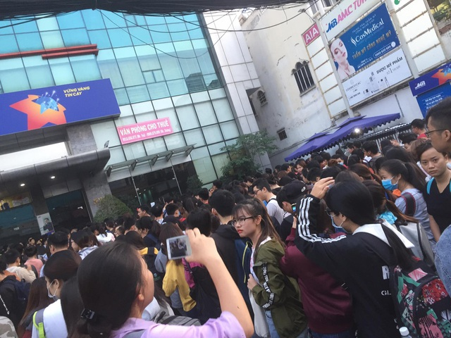 Cả ngàn sinh viên xếp hàng đăng ký thi TOEIC từ 4h sáng - 3