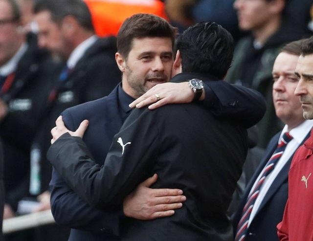 Pochettino và Emery chào hỏi nhau trước trận đấu, đây là lần đầu tiên hai chiến lược gia đối đầu với nhau ở trận derby nóng nhất của thành London