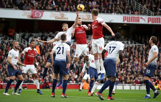 Ngay phút 9, Vertonghen gây họa cho Tottenham bằng tình huống để bóng chạm tay trong vòng cấm địa dẫn tới quả phạt đền