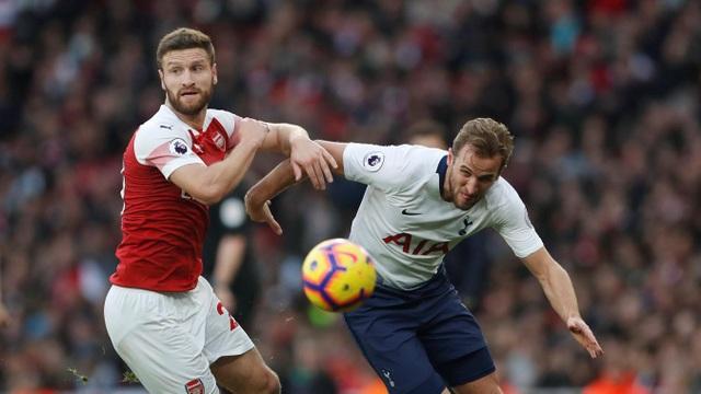 Mustafi theo kèm Kane, Tottenham chơi tấn công không sắc nét những phút đầu tiên, bàn thua sớm cũng khiến cầu thủ của họ có phần lo lắng