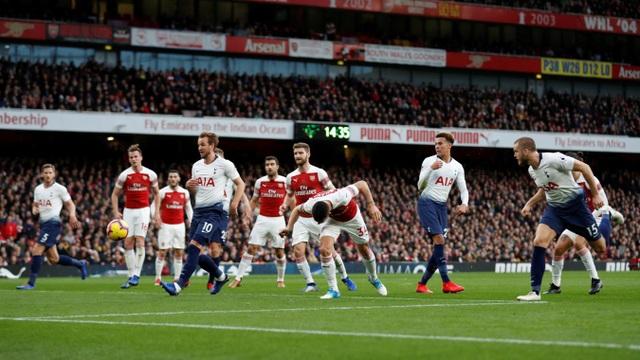 Bất ngờ nổ ra ở phút 29 khi Dier đã đánh đầu tung lưới Arsenal từ quả đá phạt. Bàn thắng của cầu thủ người Anh để lại nhiều tranh cãi bởi không rõ cầu thủ này việt vị hay chưa. Các góc máy quay ở Emirates cũng không cho lại một kết quả chắc chắn