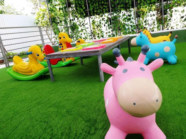 Chỗ vui chơi cho trẻ em được bố trí trong quán