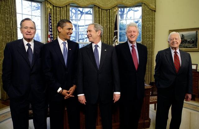 Từ trái qua phải: Các cựu Tổng thống George H.W. Bush, Barack Obama, George W. Bush, Bill Clinton và Jimmy Carter tại Phòng Bầu Dục năm 2009. (Ảnh: New York Times)