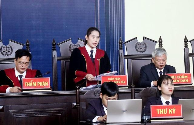 Chủ toạ phiên toà Nguyễn Thị Thùy Hương tuyên án đối với các bị cáo trong đường dây đánh bạc nghìn tỷ.