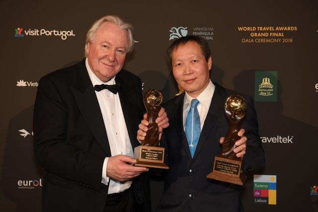 Chủ tịch WTA Graham Cooke chụp ảnh cùng ông Nguyễn Quốc Hưng - Phó Trưởng Chi nhánh Vietnam Airlines tại Pháp, đại diện Vietnam Airlines tại lễ trao giải.