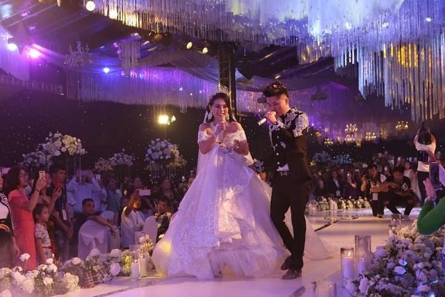 Cô dâu, chú rể hạnh phúc trong đám cưới lãng mạn