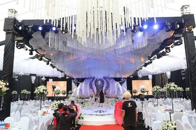 Không gian tiệc cưới của cặp đôi gây chú ý bởi độ hoành tráng, xa hoa nhưng không kém phần lãng mạn