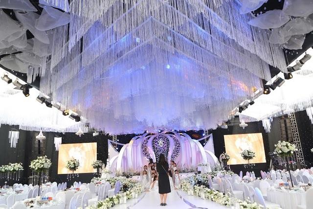 Được biết, ý tưởng, chi phí cho đám cưới khủng được chú rể thực hiện nhằm gây bất ngờ cho cô dâu