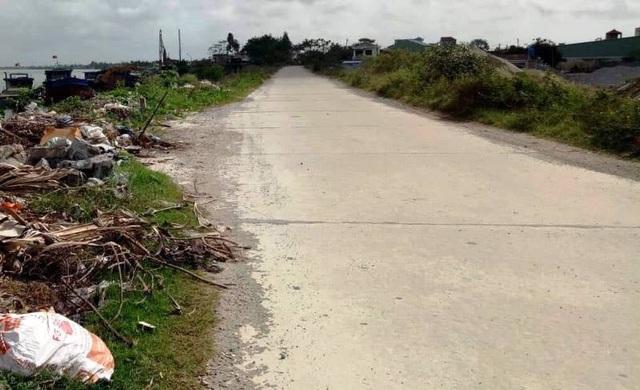 Bờ đê sông Hồng đoạn đi qua địa bàn khu 4A, thị trấn Ngô Đồng, huyện Giao Thủy, tỉnh Nam Định, nơi phát hiện sự việc