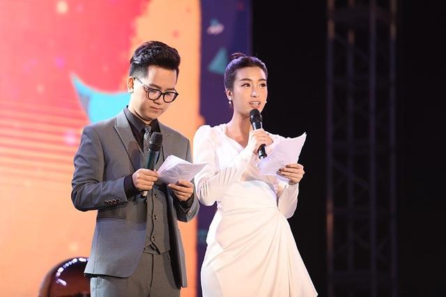 Hoa hậu Việt Nam 2016 Đỗ Mỹ Linh cùng MC Hữu Trí của VTV24 đảm nhiệm vai trò MC của chương trình.