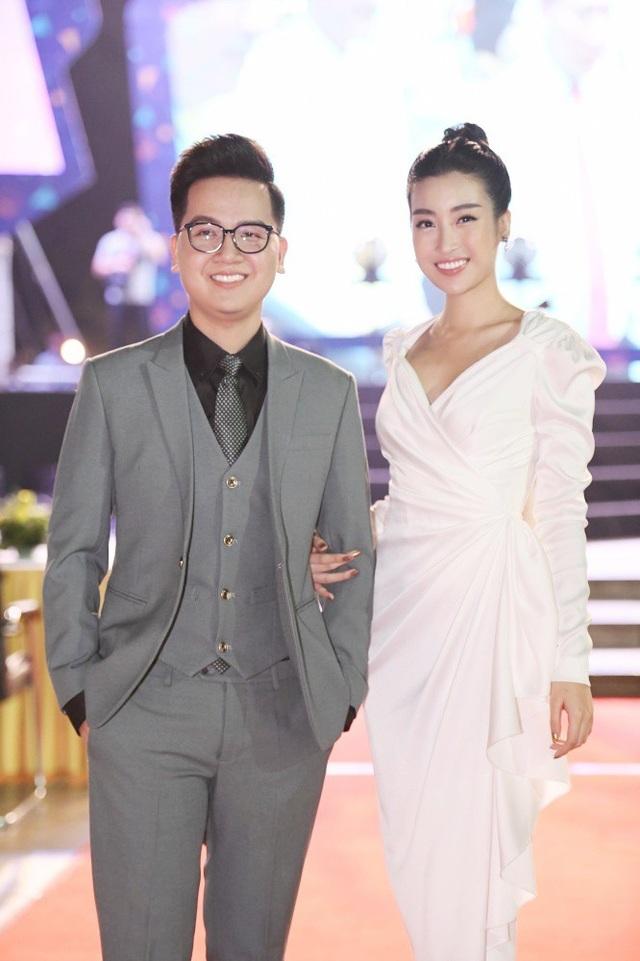 Đỗ Mỹ Linh tươi tắn bên người bạn dẫn là MC Hữu Trí.
