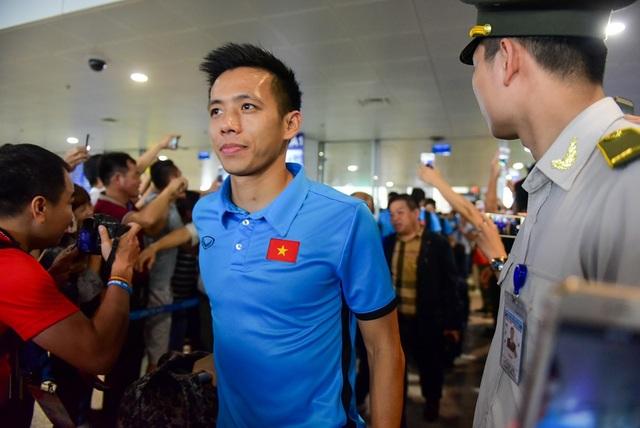 Đội trưởng Văn Quyết nở nụ cười trên môi, chào fan hâm mộ.