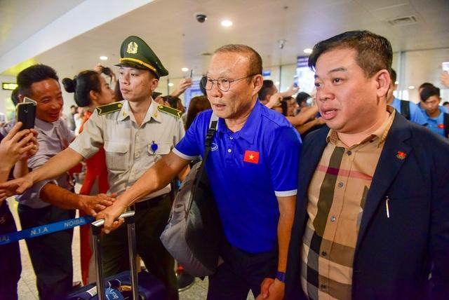 Sau khi làm xong thủ tục, những cầu thủ đầu tiên bước ra khỏi cánh cửa sân bay lúc 14h30. HLV Park Hang Seo - thuyền trưởng của tuyển Việt Nam dẫn đầu đoàn.