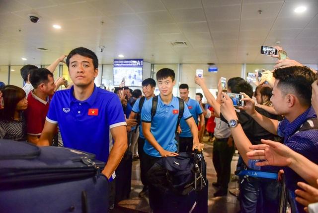 Chiều ngày 3/2, chuyến bay thẳng từ Bacolod tới sân bay Nội Bài đưa đoàn dội tuyển Việt Nam và người hâm mộ đã hạ cánh đúng giờ.