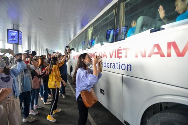 Người hâm mộ và cổ động viên chào đón những chiến binh tuyển Việt Nam trở về