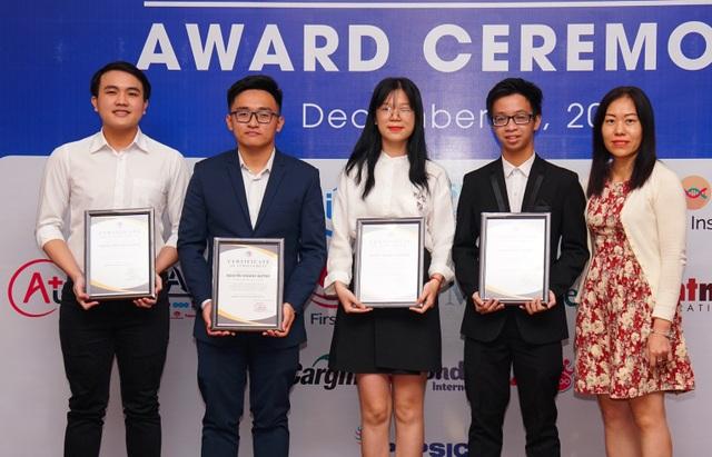 Những sinh viên xuất sắc nhất nhận học bổng của Hiệp hội Thương mại Mỹ tại Việt Nam năm 2018.