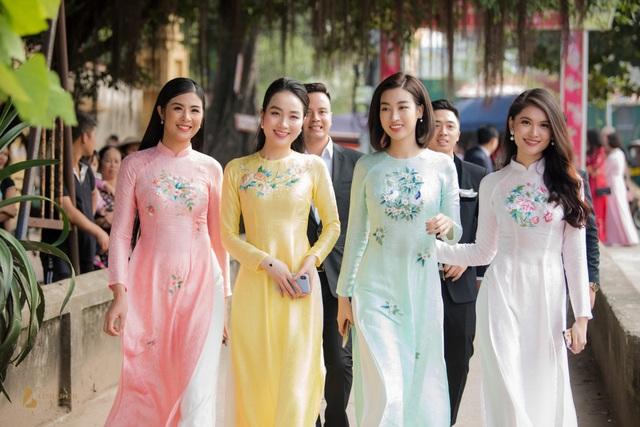 Vẻ đẹp thanh xuân rực rỡ của các Hoa hậu, Á hậu khiến quan khách không thể rời mắt. Họ đều là những người bạn, chị em thân thiết của Thanh Tú trong giới giải trí.