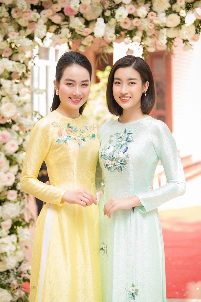 Hoa hậu Đỗ Mỹ Linh duyên dáng bên người đẹp Lan Hương.