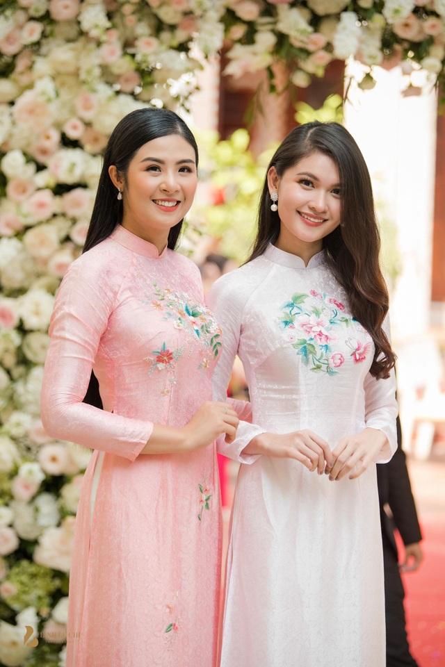 Hoa hậu Ngọc Hân và Á hậu Thuỳ Dung cùng sở hữu nhan sắc dịu dàng, nữ tính.