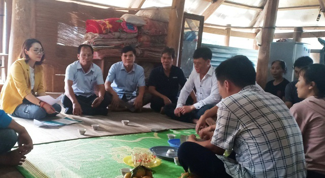 Các lãnh đạo huyện Bá Thước, lãnh đạo xã Lũng Cao cùng PV Dân trí đến chia sẻ với gia đình em Khuyên.
