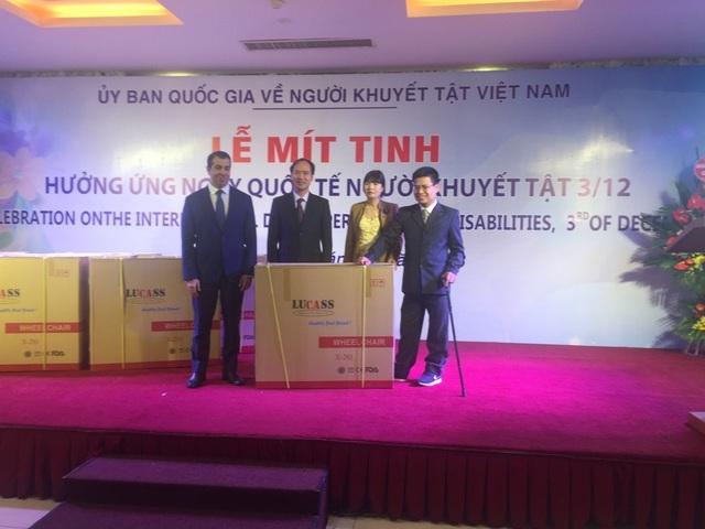 Ngày 3/12, Đại sứ Imanov (ngoài cùng, bên trái) đã thay mặt quỹ Heydar Aliyev của nước Cộng hòa Azerbaijan trao tặng xe lăn cho người khuyết tật, đại diện của Hiệp hội Người khuyết tật và Trẻ mồ côi, cùng Ủy ban Quốc gia về Người khuyết tật trực thuộc Bộ Lao động Thương binh và Xã hội Việt Nam.