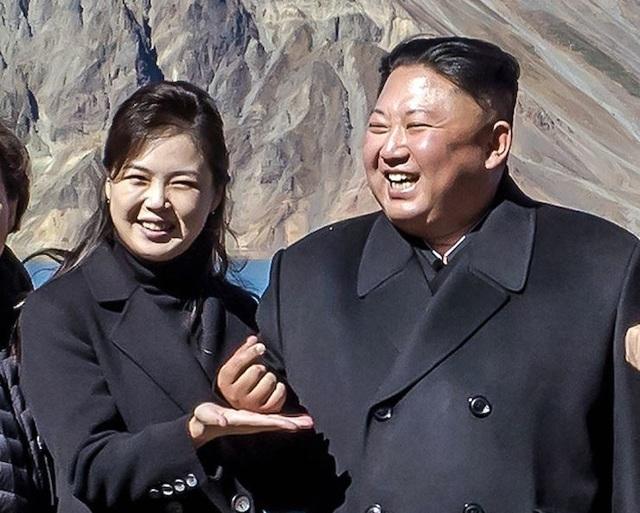 Ông Kim Jong-un chụp ảnh thả tim - hình ảnh đã gây bão trên mạng xã hội Hàn Quốc (Ảnh: KCNA)