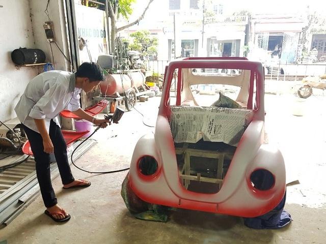 Cường đang trang trí chiếc xe của mình sau nhiều tháng miệt mài lắp ráp.