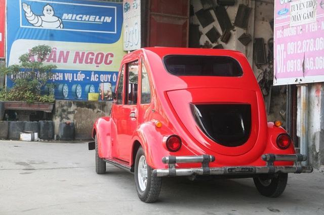 Chiếc xe khá bắt mắt với vỏ xe làm bằng tôn màu đỏ