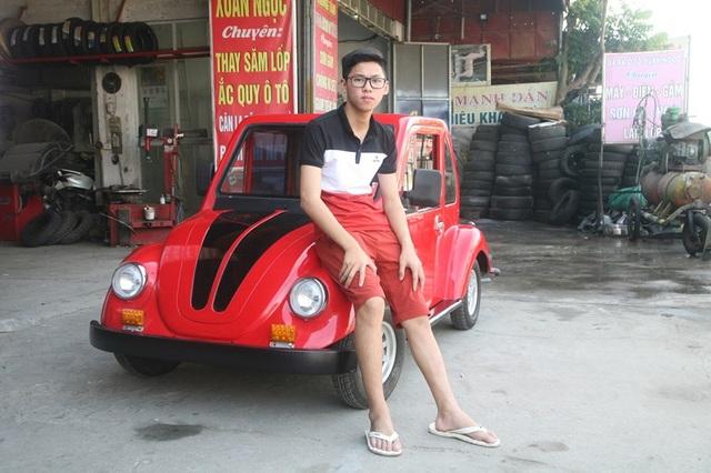 Nam sinh Ngô Việt Cường bên chiếc ô tô chạy bằng năng lượng mặt trời do em lắp ráp.