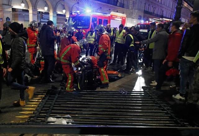 Chính phủ Pháp đang cân nhắc các biện pháp để đối phó với cuộc bạo động, trong đó có khả năng ban bố tình trạng khẩn cấp trên khắp cả nước.