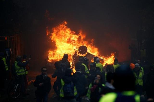Các cuộc biểu tình nhằm phản đối kế hoạch của chính phủ nhằm tăng thuế xăng và tăng một số loại thuế.