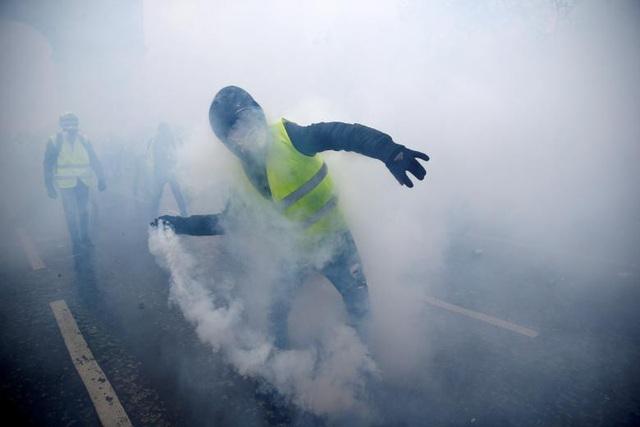 Họ cũng dùng đá hay bom khói ném về phía lực lượng an ninh.