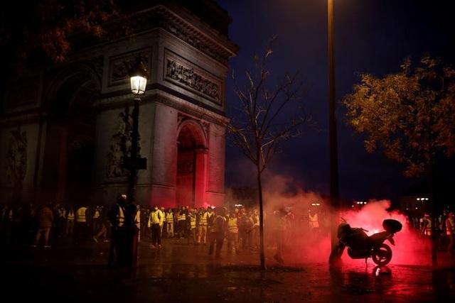 Cảnh sát buộc phải dùng đến hơi cay và vòi rồng để giải tán một số tụ điểm biểu tình.
