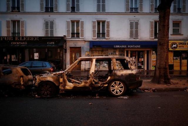 Hiện tại chưa thể tính toán những thiệt hại do cuộc bạo động gây ra đối với nền kinh tế Pháp nói chung, cũng như với các doanh nghiệp địa phương nói riêng. Reuters dẫn một báo cáo cho rằng, các khách sạn và siêu thị ở thủ đô Paris có thể thiệt hại hàng triệu Euro.