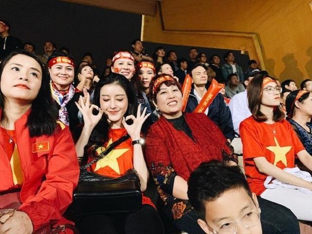 Nhiều trận đấu các cổ động viên bắt gặp người đẹp này mặc áo cờ đỏ sao vàng hòa cùng những người hâm mộ trên khán đài.