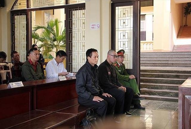 Cha con ông Tuấn, Bình tại phòng xét xử sáng 26/11
