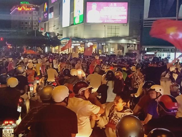 Người dân cả nước sôi động mừng chiến thắng của đội tuyển Việt Nam - 25